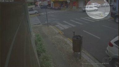 Mulher é atropelada por caminhonete em faixa de pedestres no centro de Garça - Acidente aconteceu no cruzamento da Rua Sargento Wilson com a Rua Carlos Ferrari. Ela foi socorrida pelo Corpo de Bombeiros consciente e orientada.