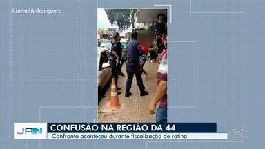 Guardas Civis entram em confronto com ambulantes na Região da 44, em Goiânia - Confronto aconteceu durante fiscalização de rotina.