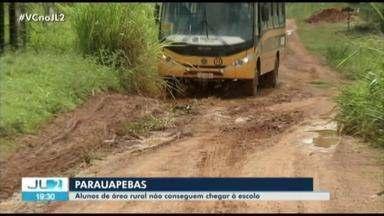 Estudantes de escola em Parauapebas perdem aulas devido às péssimas condições de estrada - Buracos e lama impedem o acesso do ônibus escolar.