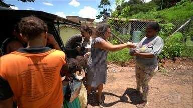 Voluntários se mobilizam para ajudar vítimas das chuvas em Minas - Em Sabará, chef de cozinha faz pães para o lanche. Em Raposos foi montada uma lavanderia para lavar e secar as roupas dos moradores que ficaram sujas de lama.