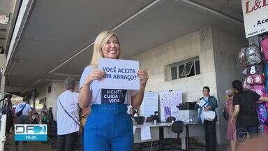 """Campanha """"Janeiro Branco"""" traz ajuda afetiva e psicológica - Voluntários montaram stand na Rodoviária do Plano para distribuir abraços e dar orientações."""