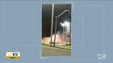 Carro pega fogo após colidir em mureta na Avenida dos Holandeses em São Luís - Este é o segundo acidente registrado na rotatória da Avenida dos Holandeses em menos de dez dias.
