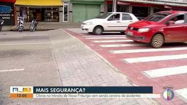 Avenida de Nova Friburgo, RJ, tem duas quedas de moto onde 'Traffic calming' foi instalado - Obra está pronta desde a última quinta-feira (30). Falta de sinalização adequada é apontada por uma das vítimas como um dos motivos do acidente.
