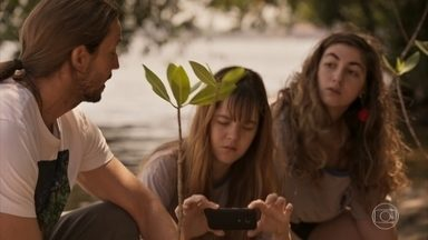Davi recebe apoio dos alunos de Camila - Os jovens levam mudas de mangue para o ambientalista