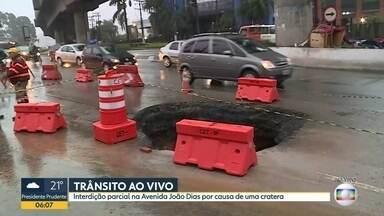 Cratera na Avenida João Dias - Reparo deve ser feito em até 15 dias.