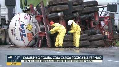 Carreta tomba na rodovia Fernão Dias - Carga tóxica foi retirada e o trânsito liberado.