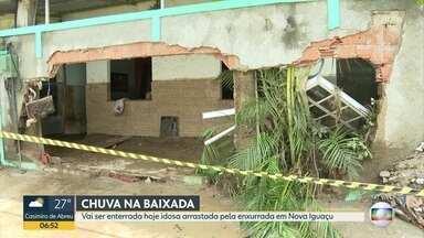Vai ser enterrada idosa arrastada pela enxurrada em Nova Iguaçu - Moradores tentam limpar casas cheias de lama.
