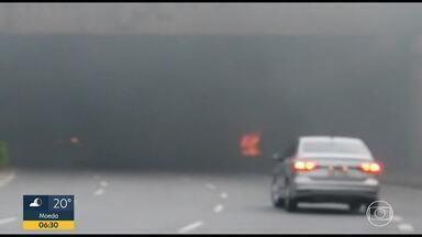 Fumaçao prejudica visibilidade de motoristas em BH - Flagrante foi feito perto do viaduto que fica entre as avenidas Bernardo Vasconcelos e Américo Vespúcio.