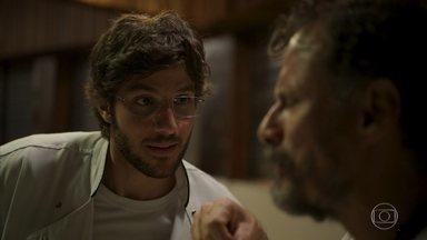 Danilo convida Durval para celebrar seu casamento com Camila - Ele pede para o amigo discursar sobre o amor