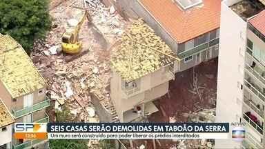 Casas que desabaram em Taboão da Serra começam a ser demolidas - Dois condomínios continuam interditado até o término da construção do muro de contenção.