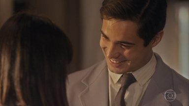 Carlos acorda todo amoroso e diz que está seguindo o conselho de Inês - Clotilde se surpreende com o carinho do sobrinho que fala que está tentando ser mais leve e mais espontâneo