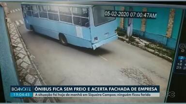 Ônibus desgovernado desce rua e acerta fachada de empresa, em Siqueira Campos - Motorista percebeu que o ônibus estava sem freios e pediu para os passageiros descerem antes do acidente.