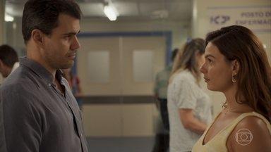 Magno é libertado e visita Betina - A enfermeira volta para o hospital após temporada em Guaporim e Tracy a questiona sobre Davi