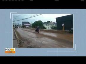 Lama nas ruas provoca acidentes com motociclistas em Governador Valadares - Motociclistas escorregam em lama espalhada pelo asfalto em decorrência da enchente. Vídeos flagram o momento em que os motociclistas caem no chão. As vias estão escorregadias e perigosas para trafegar.