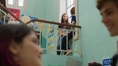 Andressa se surpreende ao ver Henrique com Fafi - Marquinhos provoca Jaqueline sobre o debate na escola