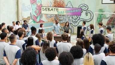 Jaqueline e Diana começam debate sobre a proibição de livros - Diana lê um trecho de 'Beijo no Asfalto ', diz que livro é pornográfico e não deve constar do acervo de uma biblioteca escolar