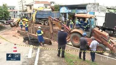 Mais de 20 mil imóveis ficam sem água em Sapopemba após rompimento de adutora da Sabesp - Cratera, que se abriu no asfalto, engoliu um carro.