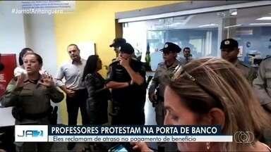 Professores fazem protesto em frente a banco de Aparecida de Goiânia - Eles alegam que o banco está barrando pagamento de benefício.