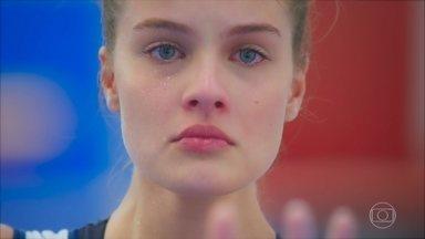 Bia fica indignada com Renatinha e pensa em Kyra - Renatinha investe na aproximação com Rafael. Júnior tenta tranquilizar Agnes, que sofre pela morte de Kyra. Bia relembra o dia de seu acidente