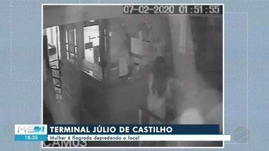 Mulher é flagrada depredando o terminal Júlio de Castilho - Mulher é flagrada depredando o terminal Júlio de Castilho