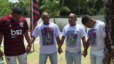 Familiares prestam homenagem às vítimas de incêndio no Ninho do Urubu - Familiares prestam homenagem às vítimas de incêndio no Ninho do Urubu
