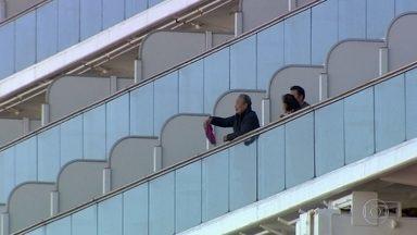 """""""No máximo, vamos até a varanda"""", diz turista que está de quarentena em navio no Japão - Dois brasileiros estão a bordo do Diamond Princess, em quarentena no porto de Yokohama. Pelo menos 70 pessoas que estão com sintomas do coronavírus tiveram que deixar o navio."""