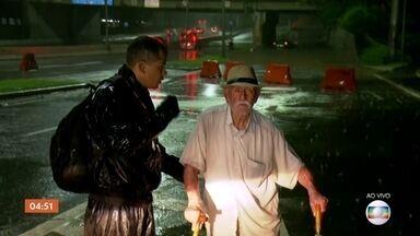 Idoso recebe ajuda para sair de carro que ficou parcialmente coberto por água em SP