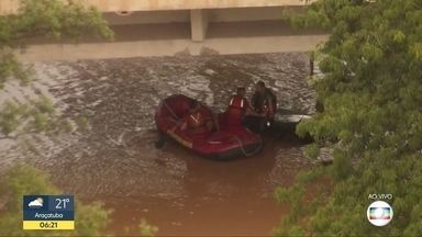 Bombeiros ajudam no resgate de pessoas - Bombeiros estão usando botes para o resgate de pessoas presas nos alagamentos.