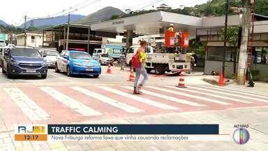 Traffic Calming passa por reforma em Nova Friburgo, no RJ - Situação da faixa vinha causando reclamações no município. Moradores alegavam que a antiga forma da faixa vinha causado muitos acidentes.