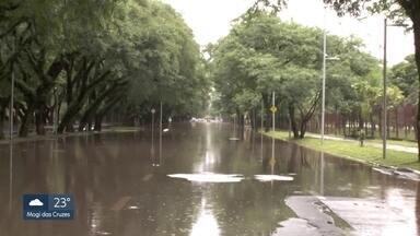 Cidade Universitária está com ruas alagadas desde a manhã desta segunda-feira (10) - A água está acumulada em ruas da Cidade Universitária.