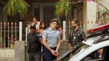 Marco tenta tranquilizar Carla e Anjinha - Ele garante que tudo será esclarecido e logo conseguirá um habeas corpus