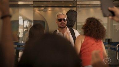Ryan é hostil com Elias e suas fãs - Elias tenta mostrar uma música para o irmão de Érica