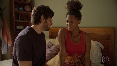 Camila e Danilo iniciam o programa de fertilização - Filho de Thelma ajuda a esposa com a aplicação