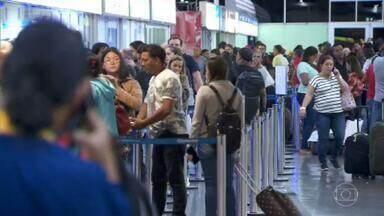 Mais de 2.200 ônibus deixam de circular por causa das chuvas em SP - Com alagamentos perto dos terminais rodoviários do Tietê e da Barra Funda, milhares de pessoas não conseguiram sair ou chegar à cidade.