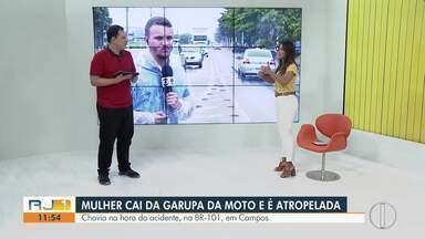 Mulher morre atropelada por caminhão após colidir de moto contra um carro na BR-101 - Vítima caiu da moto e foi atingida pelo outro veículo na pista, na altura de Campos dos Goytacazes, no RJ.