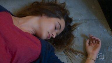 Luna fica mexida ao ver Helena e acaba desmaiando - A dona do Empório se assusta com a confusão