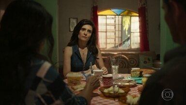 Lurdes acredita que Penha tenha denunciado Magno para Belizário, e Leila fica tensa - O frentista conta para a mãe que a viúva de Wesley está namorando o policial