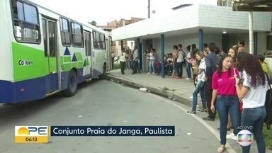 Passageiros reclamam de problemas em terminal de ônibus em Paulista - Quem precisa do terminal do Conjunto Praia do Janga, enfrenta atrasos e veículos quebrados.