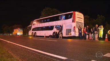 Três suspeitos morrem em tentativa de assalto a ônibus em Campina Grande do Sul (PR) - O ônibus tinha saído de São Paulo e ia para Brusque, em Santa Catarina. Segundo a PRF, quando os bandidos entraram no veículo e anunciaram o assalto, um dos passageiros reagiu e atirou. Dois assaltantes morreram baleados e um terceiro morreu atropelado ao pular do veículo.