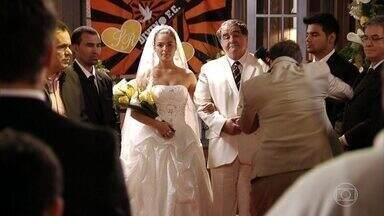 Capítulo de 12/02/2020 - Suelen e Roni se casam e Carminha aparece transtornada no evento. Tufão se preocupa com o estado de Carminha