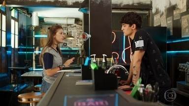 Tatoo diz a Anjinha que não voltará para a escola - Ele garante que já aceitou o fim do relacionamento, mas prefere continuar trabalhando com Rui