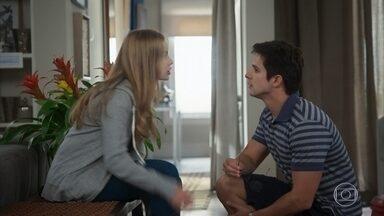 Júnior fica intrigado quando Bia deixa escapar que precisa treinar - Eles relembram Kyra e pensam em doar o enxoval da irmã