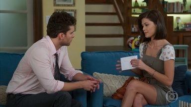 Kyra entrega para Alan carta escrita por Alexia - Ela tenta conseguir a vaga de babá dos filhos do advogado
