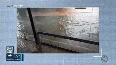 Alagamentos são registrados durante chuva em Uberlândia - Água invadiu a estação de ônibus da UAI Pampulha e se acumulou no viaduto da Avenida Nicodemos Alves dos Santos. Nível do Córrego Lagoinha também subiu.