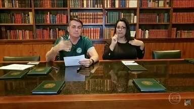 Presidente Bolsonaro rebate comentário do Papa: 'Amazônia é nossa' - Jair Bolsonaro disse que Amazônia é nossa e não como o Papa twittou na quinta-feira (13). Disse também que temos que preservá-la e tirar recursos de forma sustentável.