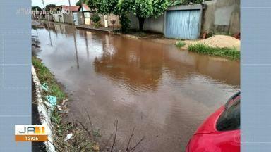 Rua em Porto Nacional fica com água empoçada após as chuvas - Rua em Porto Nacional fica com água empoçada após as chuvas