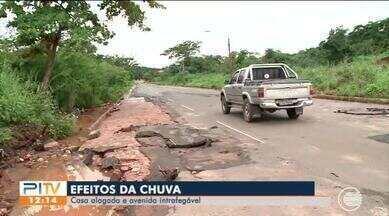 Chuvas causam estragos em ruas e avenidas da capital e alaga casas - Chuvas causam estragos em ruas e avenidas da capital e alaga casas