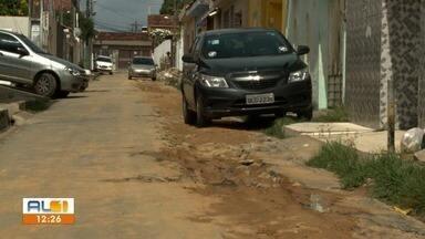 Obra da Casal é foco de reclamação de moradores do Jacintinho - Buracos e lama na rua Enfermeiro Mariano estão atrapalhando o cotidiano dos moradores.
