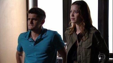 Jorginho fica com ciúmes de Débora e Iran - Débora e Iran se aproximam mas Jorginho diz que ela é sua namorada