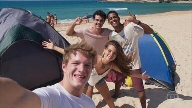 Serginho, Guga, Filipe e Rita decidem acampar na praia - Os quatro se divertem ao lembrar da reação das pessoas da pousada com a chegada da polícia